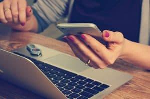 パソコンとスマートフォンを見ている女性